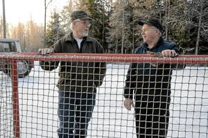 Mycket jobb. Lars-Olov Hermansson, till vänster och Bert Davidsson har genom åren lagt ned mycket jobb på isbanan. Båda känner lite extra för den eftersom de haft barn som lärt sig åka skridskor där.  BILD: INGVAR SVENSSON