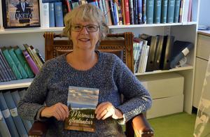 Anna-Maria Nilsson med sin bok.