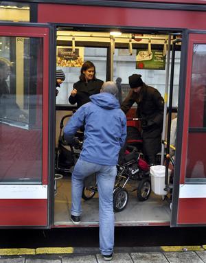 Resenärer på en SL-buss.