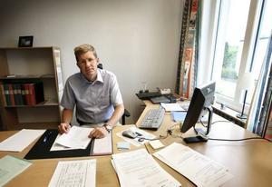 EFTERLYSER UPPDRAG Grundskolechefen Lars Walter efterlyser ett uppdrag att på nytt utreda vad det kostar att behålla alla små skolorna i Sandviken och vad som händer med eleverna om några skolor läggs ned.
