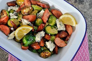 Låt chorizon fungera som krydda. Stekta chorizobitar sätter stuns på brysselkålen som dessutom fått sällskap av krämig gorgonzola.