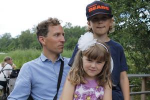 Förväntansfulla. Simon Bogren tillsammans med Doris, 5, och Frans, 7, väntar på Bröderna Lindgren.