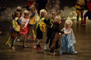 Grupp efter grupp visade upp sig och till slut hade omkring 1 500 barn stått på scenen när Danceworld firade tio år.