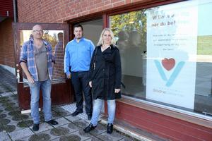 Mattias Eld, verksamhetschef och läkare för Södra Dalarnas vårdcentral, Anders Axelsson, fastighetsförvaltare, och Åsa Ljungqvist, vd för Södra Dalarnas vårdcentral vid ingången till det informationskontor som öppnar den här veckan.