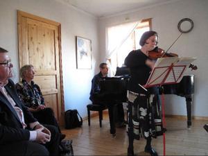Inga Överström, är salongs-värdinna  och solist, här ackompanjerad av Robert Sadura vid flygeln.Foto: LO Rindberg.