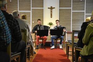 Dragspel. Tommy Nilsson och John Ericson bjöd på dragspelstoner i Grecksåsars kapell.
