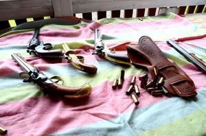 Pistoler från flera sekler visas när skytteklubben har öppet hus.
