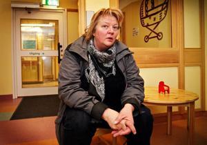 """Irene Frykeskog arbetar med utsatta barn och ungdomar åt socialtjänsten i Bergs kommun. Hon tycker inte om besparingarna på kvinnor. """"Det är knepigt att det alltid ska sparas på kvinnor. Det är ungefär som forskningen som mest riktar in sig på män"""", säger hon."""