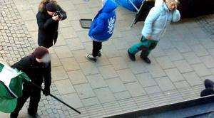 En av demonstranterna fotar själv misshandeln.