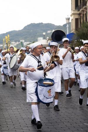 Den kända orkestern El bebe de la bulla, oljudsbebisen, är omåttligt populära i San Sebastian och uppträder ofta på festivaler.