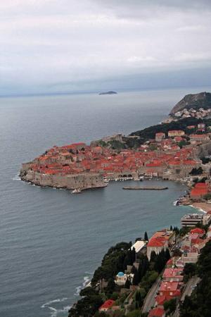 Fågelperspektiv på Dubrovnik från landsvägen längs bergen.  Foto: Andreas Strömberg