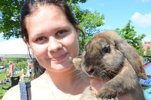 - Det bästa med kaninhoppning är att få umgås med alla kaninerna som är här och att få träffa alla mina vänner, säger Jessica Nyberg med kaninen Dollar.