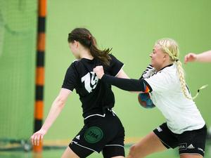 Gimonäs/Umeå vann rättmätigt seriefinalen mot Härnösands HK med 31-15. Här stoppas Maja Bolstad av gästernas Alicia Nilsson-Rådeström.