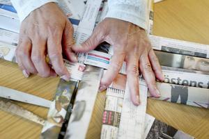 I skolan lärde hon sig fläta i spån, men det går lika bra med tidningspapper.