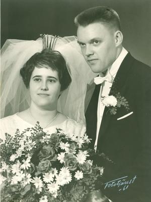 GIFTA 50 år. Guldbröllop firar i dag Barbro och Lars Joons. Vigseln ägde rum i Ludvika kyrka 22 juli 1961 Bröllopsdagen firas med barn och barnbarn.