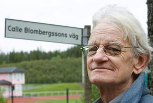 – Kanske inte den längsta vägen i länet och inte den bredaste heller, men det känns ändå fint att den här vägen fick mitt namn, säger Calle Blombergsson. Foto: Jan Andersson