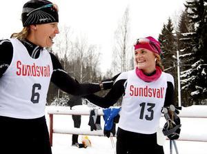 Pernilla Löfgren från Bergeforsen gratulerar Ragundas Therese Sahlin efter segern på 10 kilometer klassiskt.