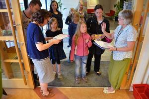 Läsarkö. Barnen och föräldrarna stod i kö när Äventyrsläsarna startade på biblioteket i Fjugesta.