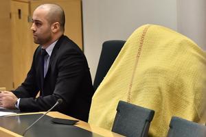 En av de gripna, en 53-åring tillsammans med sitt biträde advokat Bengt Hesselberg i rättssalen. Fyra personer begärdes på fredagen häktade i Södertörns Tingsrätt, misstänkta för inblandning i ett misstänkt pedofilnätverk i Sverige.