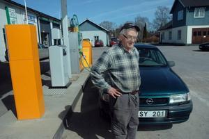 GYNNAR MACKEN. Bengt Ekman, Imundbo, tankar 90 procent av gångerna på macken i Skärplinge. Han tycker att det är viktigt att gynna den lokala bensinstationen för att den ska bli kvar.