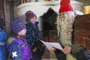 Två av många barn som lämnade önskelistor till jultomten var syskonen Magnusson från Ås, 3-åriga Eila och 5-årige William.