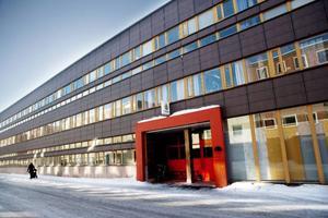Det krävs en omfattande interiöra ombyggnader av Östersunds polishus efter att myndigheten flyttar ut i vår och lokalerna ska få nya användningsområden. Fastighetsägarna har fått många förfrågningar efter att polisens flytt blev känd, men inga avtal är skrivna ännu.Foto: Lars-Eje Lyrefelt