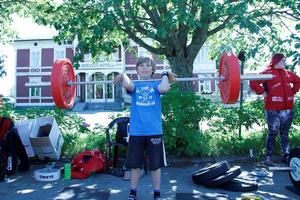 Elias Östlund visar hur tyngdlyftning ska gå till.