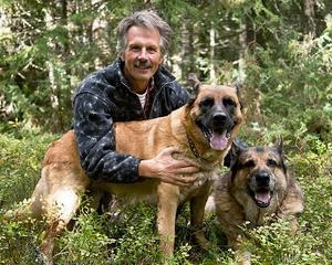 Håkan Vargas med sina hundar Chessie och Kipper. I 25 år har Håkan Vargas fotograferat björnar. Nu har han samlat sina bilder i en bok som släpptes i veckan.