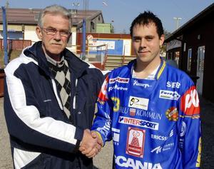 Nytt. Mikael Jernberg (t.h.) är ett av Falu BS nyförvärv. Här välkomnad till klubben av Sören Persson.