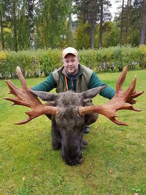 Jägaren Örjan Persson med det märkliga älghornet.