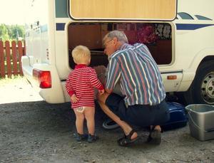 Vad gör du Kjell? Jaha, håller du på och städar stora bilen! Vårt barnbarn Andreas 1,5år var mycket intresserad och ville gärna vara med.