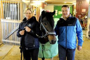Theresa Burwall Nordin, ridskolechef på Ås ridskola, och Ulf Häggrot, tidigare ordförande i Åsbygdens ryttarförening, hoppas att ridskola snart kan få en ny servicebyggnad. Hästen på bilden är Åsbygdens kapten.