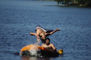 Akrobatik. Akrobatiska övningar från en gummibåt vid badet i Ljustern i Säter. Foto:Roland Berg