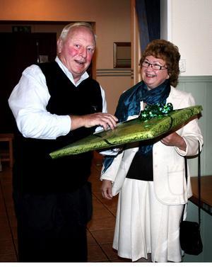 Peter Helsinger tar emot en present till 70-årsjubilerande Hjärt- och lungsjukas förening i Sundsvall. Diabetesföreningens Gunilla Blomqvist överlämnar gåvan.