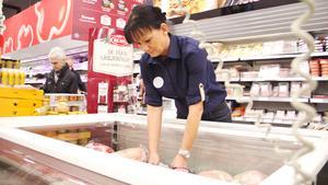 """På Coop Extra i Fagersta är december den månad då mest varor säljs. Julskinka är fortfarande populärt bland Fagerstaborna: """"Det är fortfarande mycket av det traditionella"""", säger butikschef Malin Åhs."""