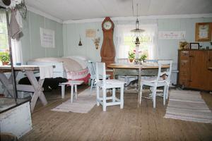 Det stora huset och stallet är byggda 1881. Här bodde fäbodjäntorna under sommaren och timmerkörare under vintertid.