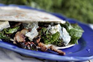 Grönkålsquesadilla med sidfläsk och gorgonzola. Exakt hur gott som helst. Foto: Janerik Henriksson/TT