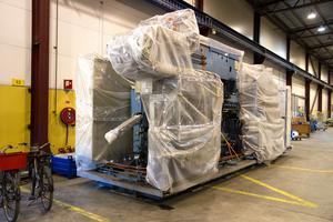 Maskiner prydligt inslagna för vidare transport till Vietnam.