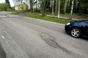 Tekniska kontorets budget för asfaltsbeläggning ligger på 7,2 miljoner kronor för 2012. Därutöver finns 4,5 miljoner kronor för exempelvis potthålslagning, hyvling av grusvägar, skötsel av stenytor och kantskärning. Bilden är tagen på Forsbyvägen.