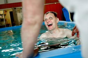 Mycket träning behövs för att återhämta sig efter en hjärnblödning. 2007 tränade Sven-Olov Södblom till exempel i bassäng för att återfå rörligheten.