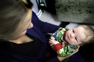 Stina Sidenvall är inte orolig över svininfluensan. Frank, en månad, är inte aktuell för vaccinering.