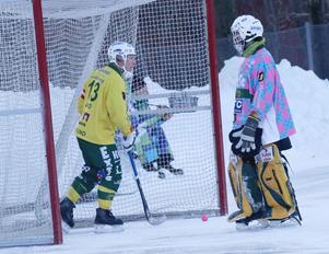 Johan Berglund hämtar bollen i nätet efter ännu ett insläppt mål i lördagens bortamatch mot allsvenska uppstickaren Nitro/Nora.