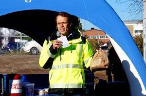 Christian Olhans visar kompostpåsen - som en bil kan köra fyra kilometer på.