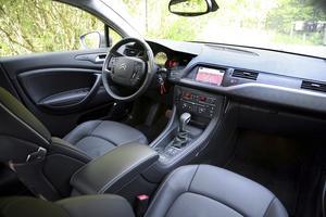 Snygg och elegant förarplats med bättre materialval ger premiumkänsla. C5 har liksom C4 nu ett fast rattnav.