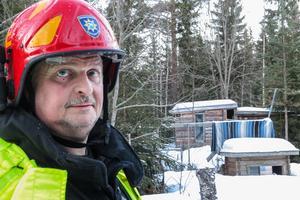 Räddningsledaren Jerry Eriksson bedömer att huset vid sidan om de här bodarna snart ska kunna vara beboeligt igen.