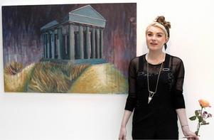 Anna Helgesson vid sin oljemålning
