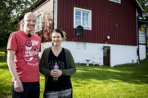 Stina och Henrik Wessel i Matfors har skapat ett personligt och spännande hem fyllt med gamla möbler och inslag från naturen.