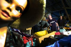 Semesterfynda. Prylar av alla slag man kan tänka sig trängs nu i en stor, röd lada i Skenshyttan. Det är loppmarknad i farten, och vem som helst är välkommen att frossa i vackra textiler, antika serviser och andra spännande ting. Foto:Johan Larsson