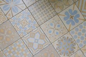 I badrummet har mönstrat klinkergolv lagts in.