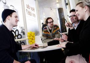 Martin Gidlund, till vänster, lanserar sin företagsidé för Marcus Thorhuus, webb- och reklambyrån Mina bästa polare, Pelle Simonsson, Incubator, och Annika Cawthorn, MIUN Innovation